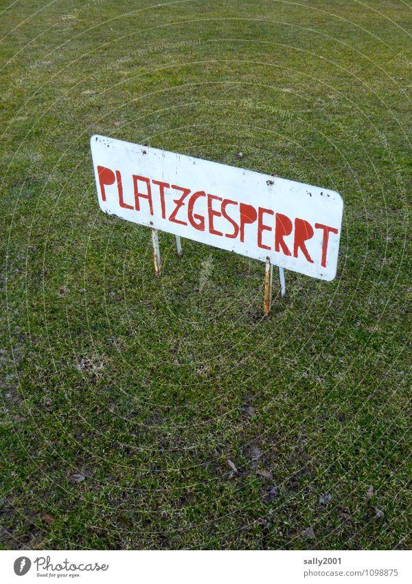 immer noch kein Training... alt grün rot Wiese Sport Spielen Schilder & Markierungen Schriftzeichen geschlossen Hinweisschild Fußball Fitness Pause sportlich