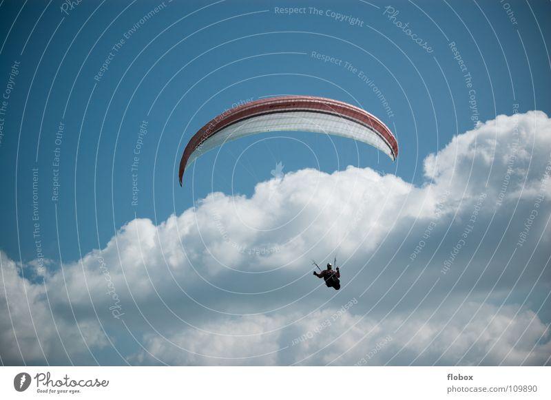Fast über mir.. blau Wolken Sport Spielen Berge u. Gebirge Freiheit Flugzeug fliegen hoch Luftverkehr Niveau Freizeit & Hobby Flugzeuglandung Fallschirm Drache Bergsteigen
