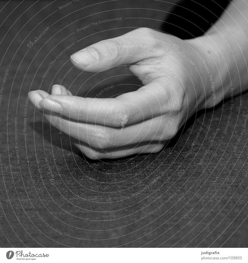 Hand Finger Frau links ruhig faulenzen Erwartung Filz schwarz weiß grau Schwarzweißfoto Arme liegen Zufriedenheit Untätigkeit warten Mensch Körperteile Haut