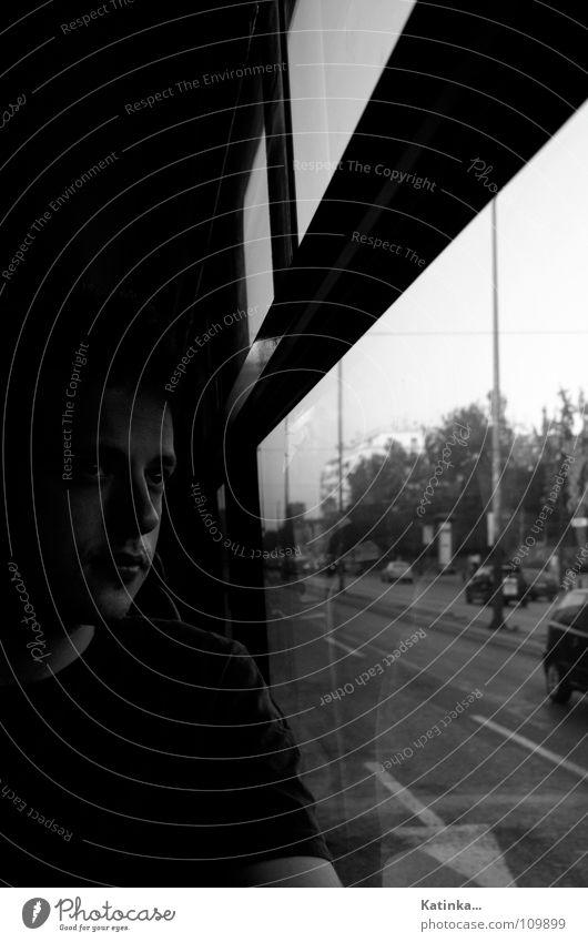 Fernweh Porträt Mann fahren dunkel Einsamkeit Gedanke Gefühle Schwarzweißfoto Bus Gesicht Mensch Straße Schatten Traurigkeit Autofenster 1 Mensch einzeln