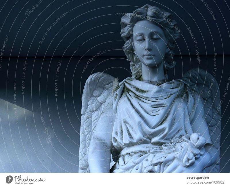 engelsblick Statue Friedhof Grabstein Kunst dunkel Dämmerung Griechenland Trauer ruhig Umhang Tracht Frau Steinfigur Grabmal Einsamkeit Religion & Glaube