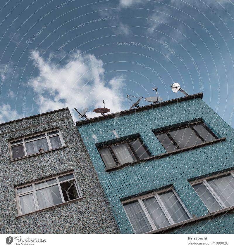 Empfangsbereit Istanbul Stadtzentrum Haus Gebäude Architektur Fassade Fenster Satellitenantenne trashig trist blau grau türkis empfangsbereit Farbfoto