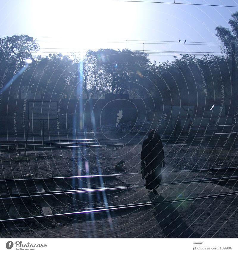 Morgens auf den Gleisen Frau Baum Sonne blau Ferien & Urlaub & Reisen Einsamkeit Erwachsene Eisenbahn Elektrizität Asien Gleise Bahnhof Indien Leitung Sonnenuntergang