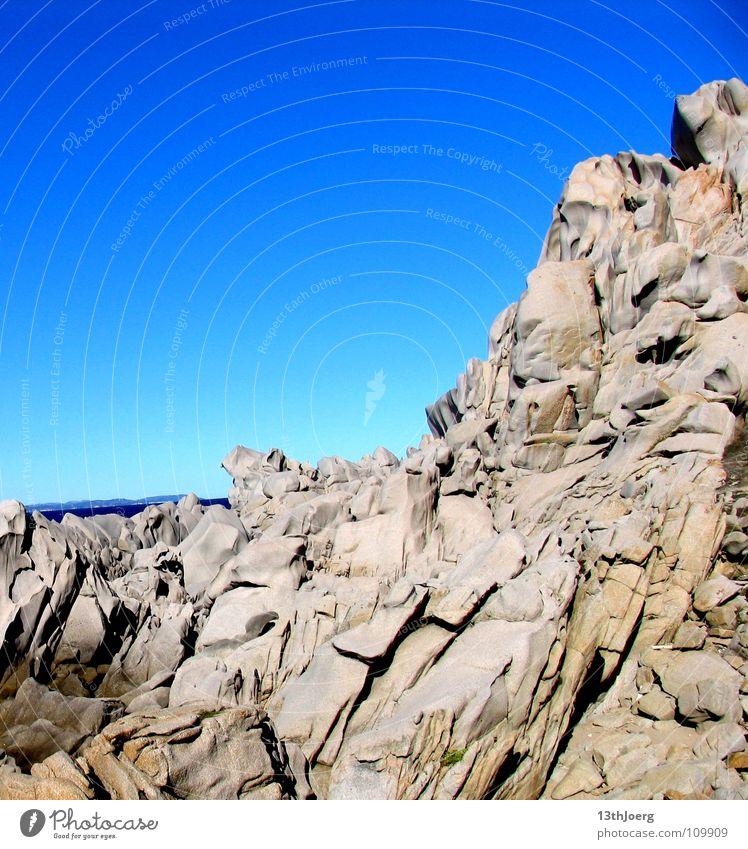 Steineberg Sardinien Korsika Meer Felswand Felsvorsprung Küste Formation grau steinig steil Geröll gefährlich gewagt Italien Mineralien Capo Testa