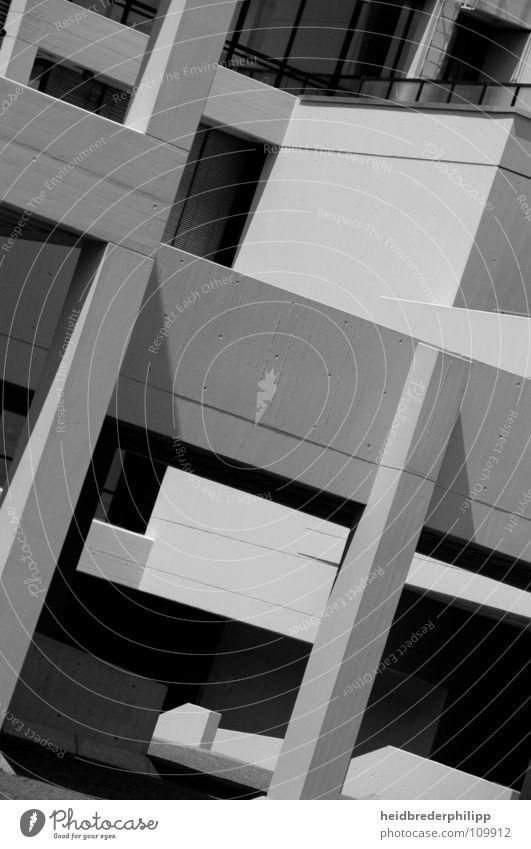 Hauskunst Regensburg Gebäude Kunst Schwarzweißfoto Studium Schieflage Schatten trist