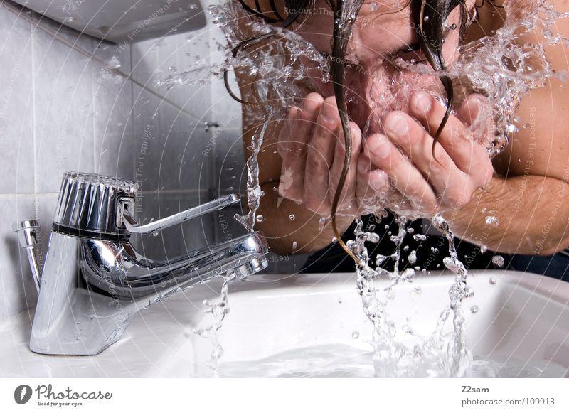 katzenwäsche Morgen Frühaufsteher Waschbecken Bad Wasserhahn nass Hand Oberkörper Mann Sauberkeit Wasserrohr frisch Trinkwasser Körperpflege Mensch Waschen