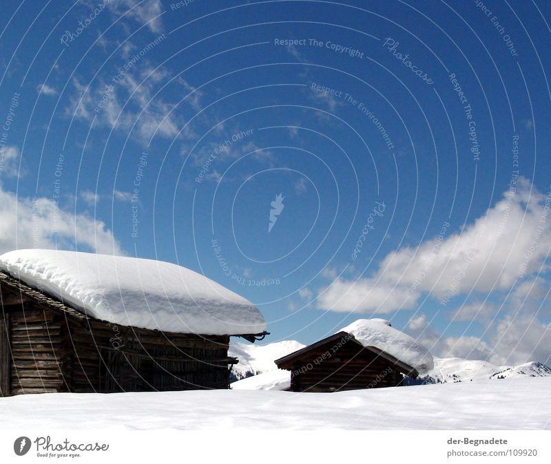 Bergidylle Winter Februar kalt Neuschnee Winterurlaub Schneewandern Kanton Graubünden Schweiz weiß Schneewehe Holzhütte Berghütte Dach braun Schönes Wetter
