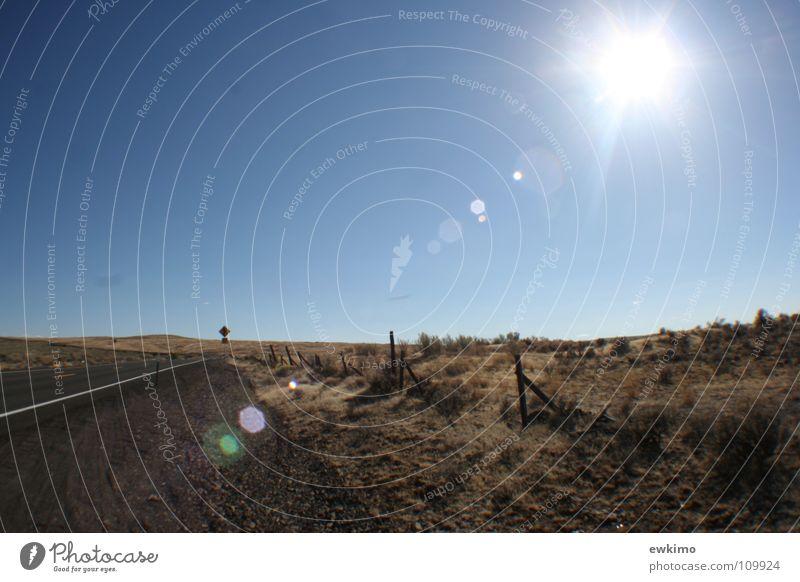 Highway in Oregon Amerika Zaun Holz heiß Weitwinkel Physik Asphalt Autobahn Gras trocken Sträucher Steppe Unendlichkeit Licht USA Berge u. Gebirge Wüste