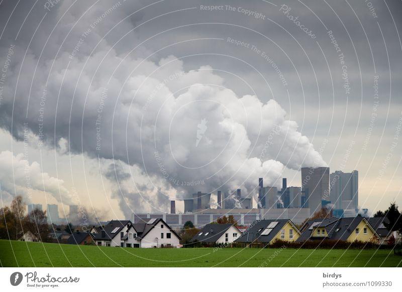 Luftkurort Energiewirtschaft Kohlekraftwerk Wolken Klimawandel Wiese Deutschland Dorf Haus Industrieanlage Rauchen Häusliches Leben authentisch bedrohlich