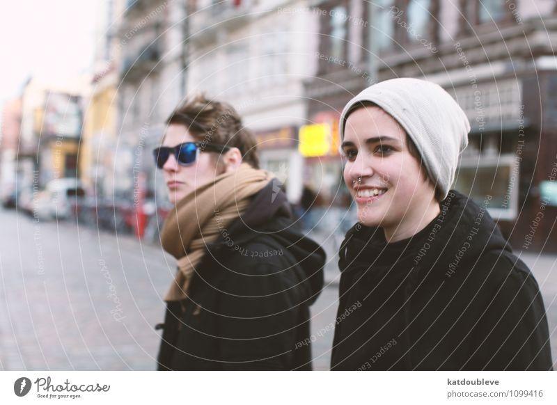 Be what you wanna be androgyn Homosexualität Stadt beobachten Lächeln Blick Coolness schön einzigartig Akzeptanz Freundschaft Zusammensein Liebe Toleranz