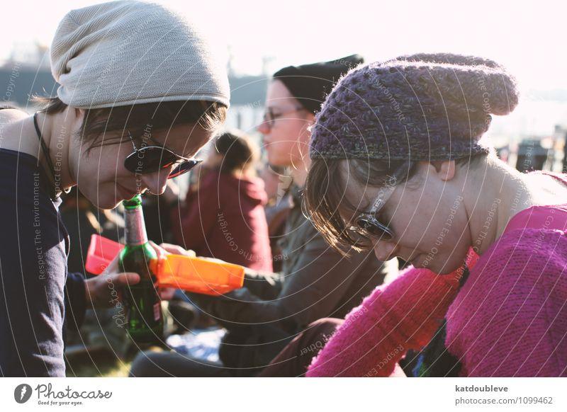 sun & beanies Freizeit & Hobby androgyn Homosexualität Frühling Sommer Schönes Wetter Park Mütze beobachten Kommunizieren Blick sprechen lernen Traurigkeit