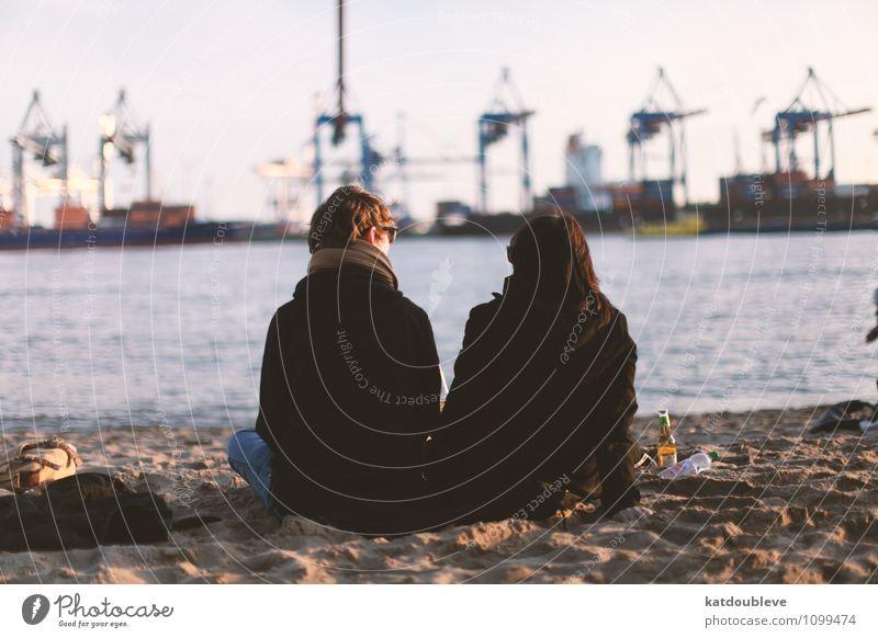 Just a perfect day feminin androgyn Homosexualität Wasser Küste Strand Hafenstadt beobachten hängen Coolness frei Freundlichkeit Zusammensein trendy maritim