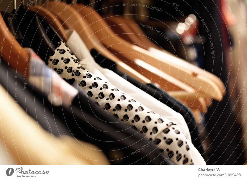 Kleidung kaufen Stil Häusliches Leben Kleiderständer Mode Bekleidung Bluse Kleiderbügel Top Textilien glänzend hängen authentisch einfach braun rot schwarz weiß