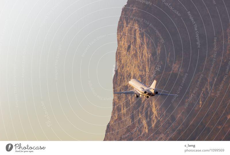 Flugzeug beim Start Winter Luftverkehr Passagierflugzeug Flugzeuglandung Flugzeugstart fliegen braun gelb orange Business Mobilität Umweltschutz Ferne Zukunft