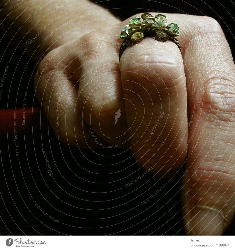 Diamonds Are A Man's Bad Fate Farbfoto Gedeckte Farben Reichtum feminin Frau Erwachsene Hand Finger Schmuck Billig Macht Diamant halbdunkel Schicksal teuer