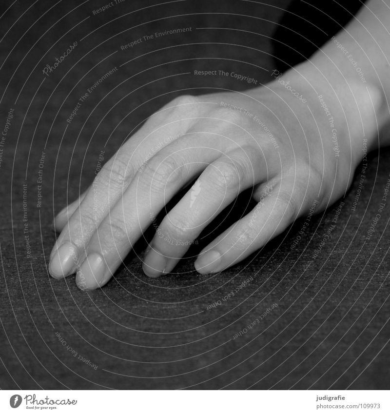 Hand Frau Mensch Hand schön weiß ruhig schwarz grau Zufriedenheit warten Haut Arme Finger liegen Erwartung links