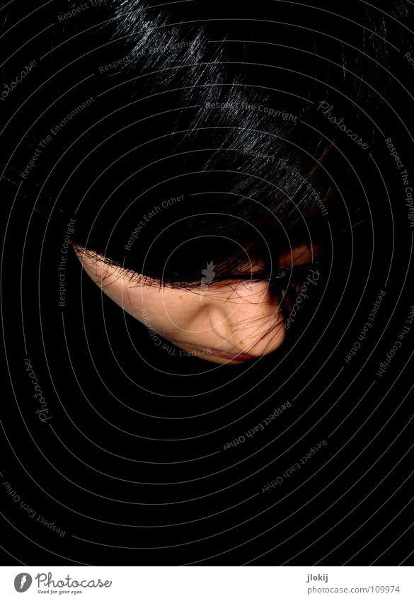 Reflexion Frau Porträt dunkel schwarz Lippen Augenbraue Vogelperspektive Haare & Frisuren Licht Wimpern Haarsträhne glänzend Gesicht hair black Nase Mund