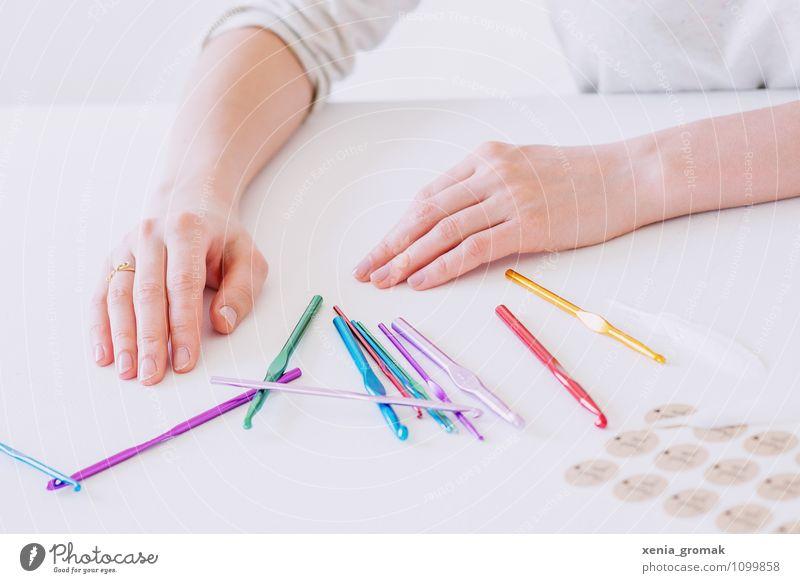 bunte Strickhaken Mensch weiß Hand Stil Lifestyle Business Freizeit & Hobby Design Dekoration & Verzierung Büro ästhetisch Finger Kitsch Beruf Werkzeug