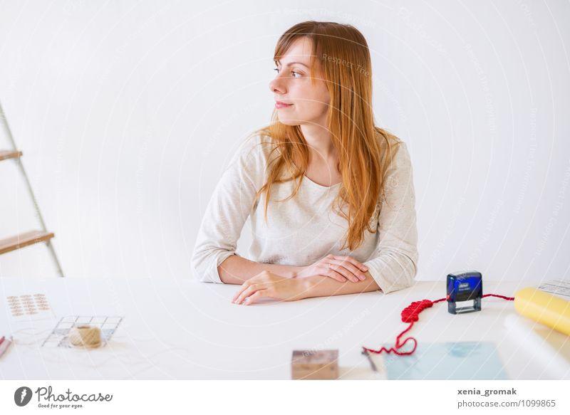 am Arbeitsplatz Jugendliche Junge Frau Innenarchitektur feminin Stil Lifestyle Arbeit & Erwerbstätigkeit Business Freizeit & Hobby Zufriedenheit Design