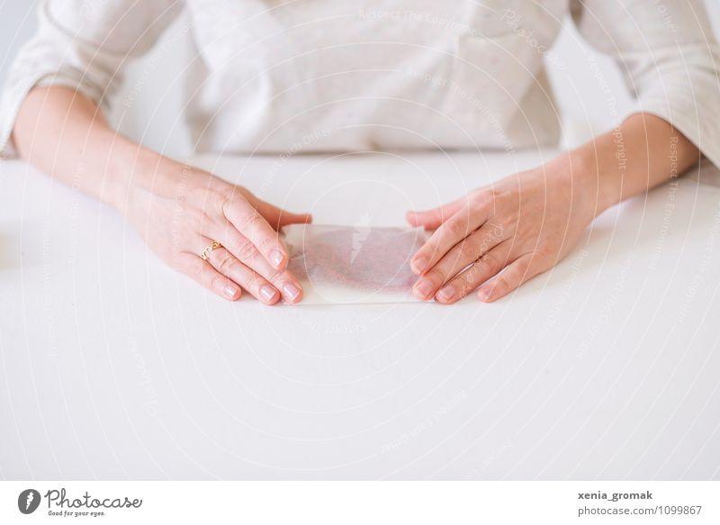 ein Päckchen Mensch schön weiß Hand Freude Stil Spielen Glück Feste & Feiern hell Lifestyle Freizeit & Hobby ästhetisch Tisch Geschenk Finger