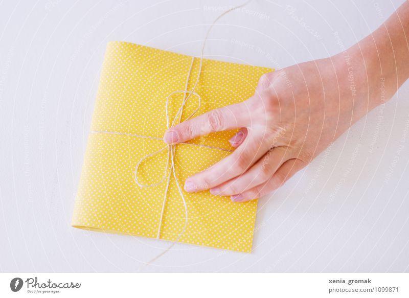 Geschenk einpacken Hand Freude gelb Stil Glück Feste & Feiern Lifestyle Freizeit & Hobby Design elegant Geburtstag ästhetisch Ostern Hochzeit Vorfreude