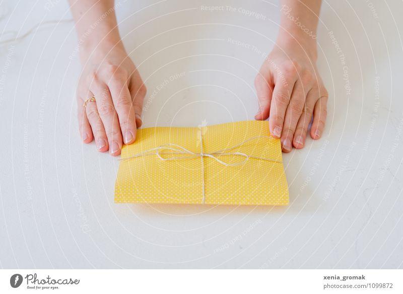 Geschenk Mensch weiß Hand Freude gelb Stil Spielen Glück Feste & Feiern Lifestyle Freizeit & Hobby Design elegant Geburtstag Fröhlichkeit ästhetisch