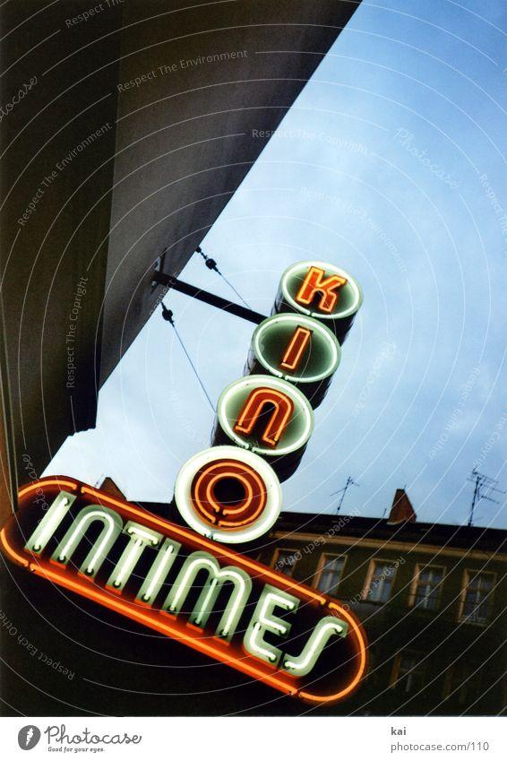 das ist kino Kino Leuchtreklame retro historisch Stadt Friedrichshain alt kino intimes Himmel Berlin Nostalgie Neonlicht Schilder & Markierungen Beleuchtung
