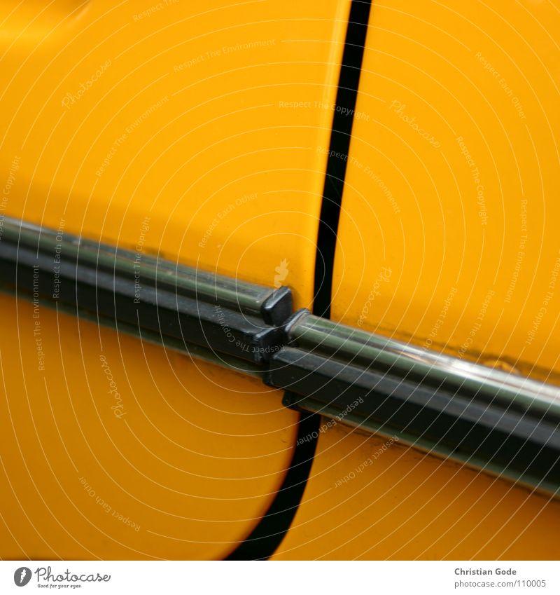 Montagsauto fahren Holzleiste Fuge schließen ungenau Oldtimer gelb schwarz parken Dinge Motorsport Verkehr PKW gelber Flitzer Straße Tür mein Bruder Ford