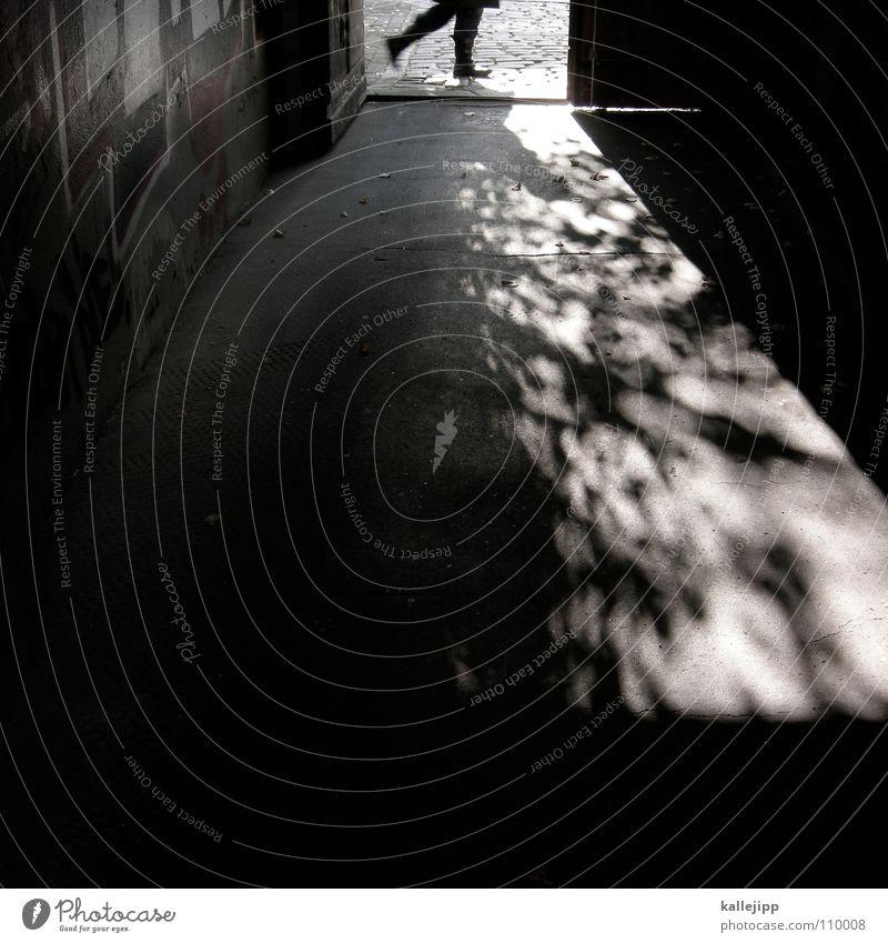 walking on broken glass schwarz Architektur Stein Tür offen laufen Spaziergang Bürgersteig Ladengeschäft Eingang Straßenbelag Pflastersteine Fußgänger Osten Kriminalität Ausgang