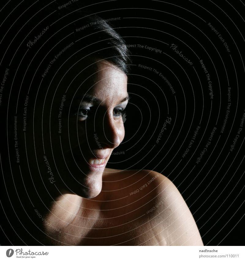 lächle Frau schwarzhaarig Vor dunklem Hintergrund Studioaufnahme Porträt Mensch Freude lachen Glück schön Silhouette Schatten Ein Spot