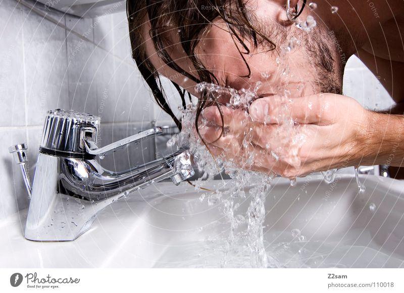 morgens 7.30 Morgen Frühaufsteher Waschbecken Bad Wasserhahn nass Hand Oberkörper Mann Sauberkeit Wasserrohr frisch Trinkwasser Körperpflege katzenwäsche