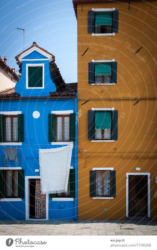 luftgetrocknet Ferien & Urlaub & Reisen Stadt blau Sommer Haus Fenster gelb Wand Gebäude Mauer Fassade Häusliches Leben Tür Lebensfreude Italien Dorf