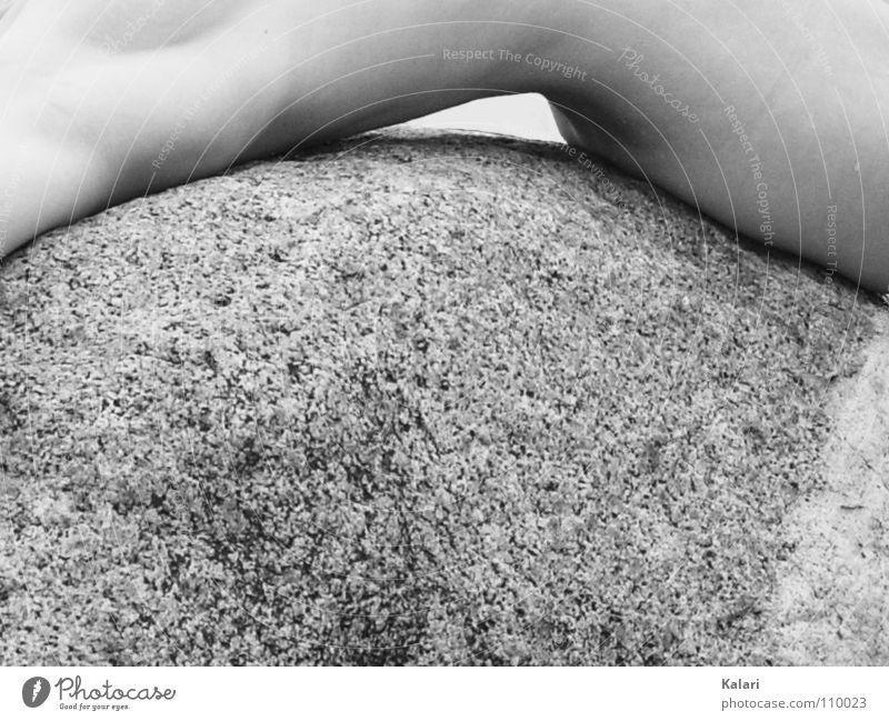 Kurvig Frau weich Physik porös hart kalt Gegenteil Leben eng Außenaufnahme Akt Schwarzweißfoto Körper Körperteile wenige Wärme Stein Kontrast Tod Kurve Beuge