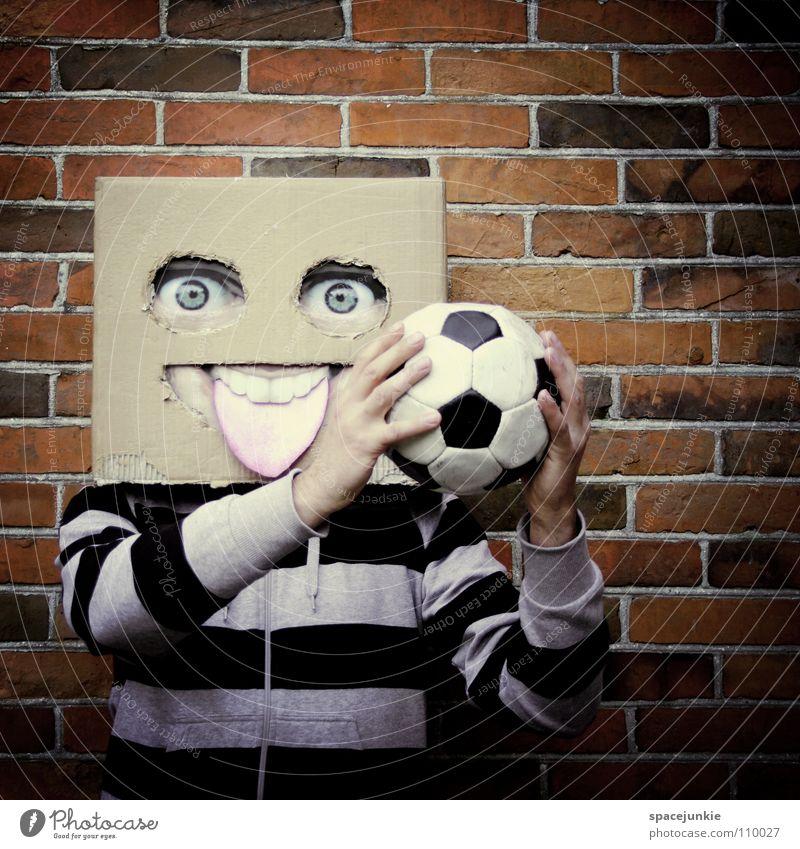 Playing football Mann Karton skurril Humor Wand Freak Quadrat Backstein Spielen Freude Gesicht Maske Versteck verstecken Stein Ball Fußball Sport Quadratschädel