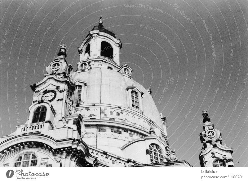 the church of our dear lady Schwarzweißfoto Außenaufnahme Strukturen & Formen Menschenleer Hintergrund neutral Froschperspektive Blick nach oben