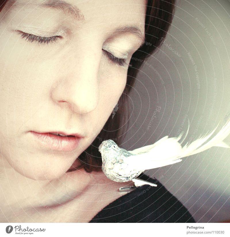 vogelfrei Frau weiß ruhig Gesicht Auge Vogel Mund glänzend Nase Feder Dekoration & Verzierung weich Lippen Schulter Hals bleich