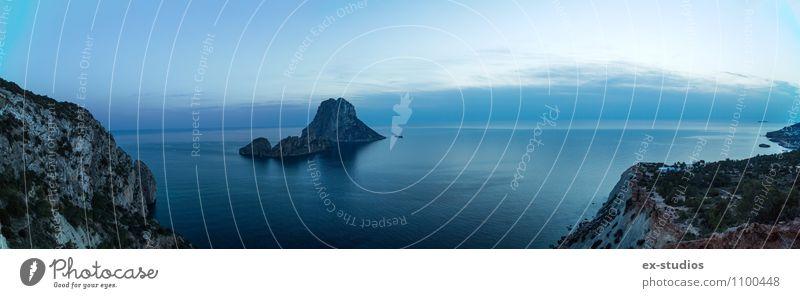 blau Wasser Sommer Meer Strand Felsen Horizont Wetter trist Klima Spanien Bucht Fjord Ibiza
