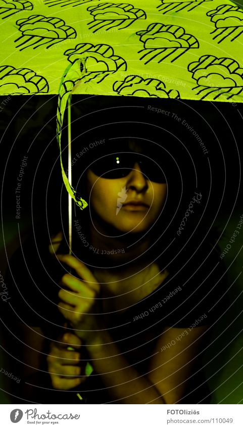 Franzie's Gespür für Regen Gesicht Frau Erwachsene Jugendliche Arme Hand Wolken Wetter schlechtes Wetter T-Shirt Brille Sonnenbrille Regenschirm Fliege dunkel