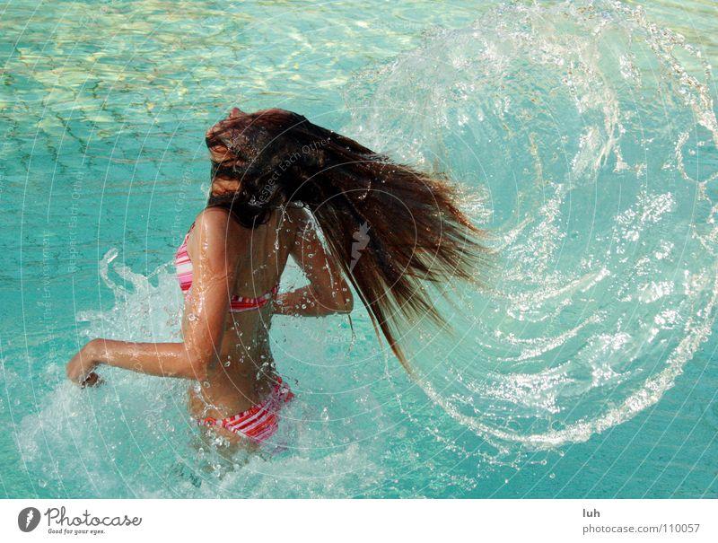 das geheimnis Jugendliche blau Wasser schön Sommer Wärme Haare & Frisuren Glück braun Wassertropfen Aktion Flügel Schwimmbad dünn Physik heiß