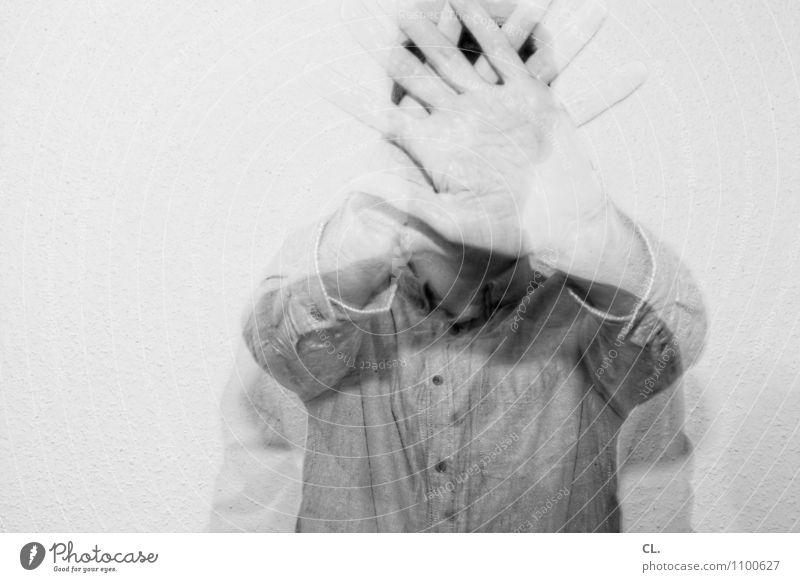 lassen wir das Mensch Mann Hand Erwachsene Leben maskulin Angst Finger einzigartig Neugier nah Überraschung Hemd Irritation Identität Scham