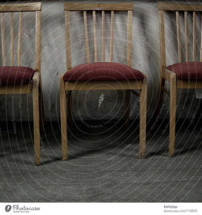 stuhl Tisch Esstisch unpersönlich weiß Holz Bodenbelag Muster Gotteshäuser Decke Stuhl spartanisch studentenbude Arme kirchenmaus Flur tischbein stuhlbein