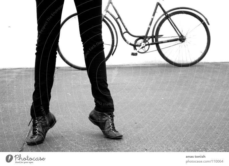 Lange Beene lang schwarz weiß Hose Schuhe Schuhbänder Frau Fahrrad fahren Nostalgie Zehenspitze Balletttänzer stehen kalt Stiefel Pedal Jugendliche Beine
