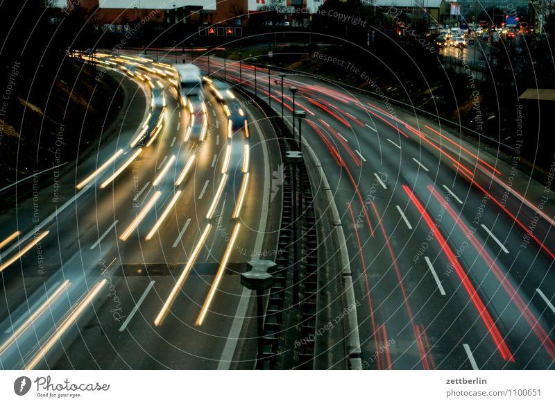 Kurve Abend Autobahn Feierabend Lichterscheinung Lichteffekt Leuchtspur Scheinwerfer Autoscheinwerfer Geschwindigkeit Stadt Vorstadt Spuren überholen überfüllt