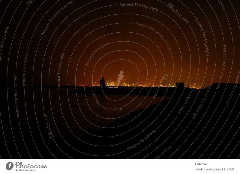 IJmuiden Industriehafen bei Nacht #2 Leuchtfeuer Schifffahrt Fass Niederlande Meer Licht Wolken grün braun Hafen Nordsee Brand Wasser