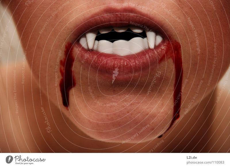 HUNGRY Vampir Lippen trinken Halloween gruselig töten Zombie Panik erschrecken Parasit Dracula Angst Karneval blood Blut Gesicht face hunrgig Appetit & Hunger