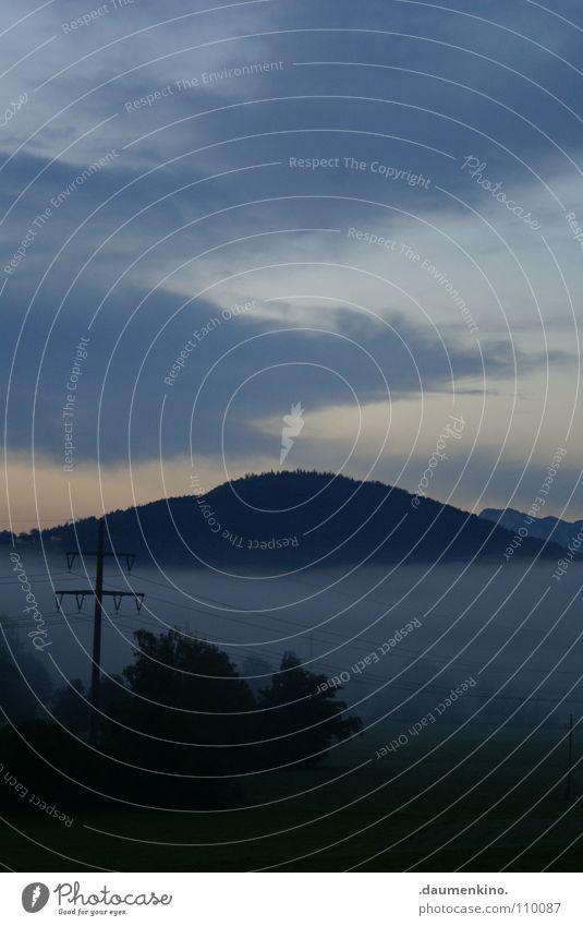 Apocalypse Nebel Elektrizität Strommast Wiese Baum Hügel Wald Wolken Langeweile trist Herbst Panorama (Aussicht) Himmel Leitung Berge u. Gebirge Morgen