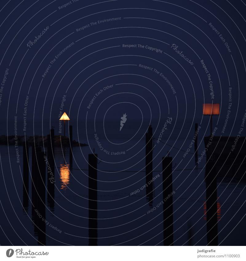 Hafen blau Wasser ruhig dunkel Küste Stimmung leuchten Ostsee Schifffahrt Anlegestelle Orientierung maritim Jachthafen
