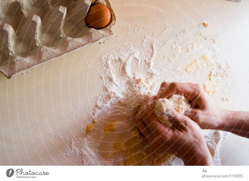 _ Backen Hand Lebensmittel Ernährung Finger Kochen & Garen & Backen Küche Kuchen Ei Backwaren Teigwaren Pizza mischen selbstgemacht Mehl Mahlzeit zubereiten Eierkarton