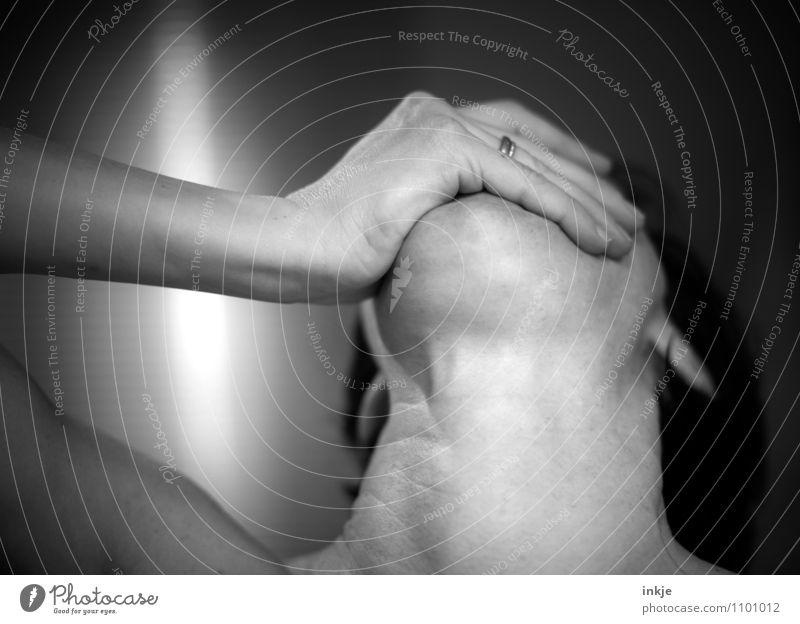 Upper und downer Süßwaren Ernährung Essen Fastfood Gesundheitswesen Frau Erwachsene Leben Arme Hand Hals Kinn Speiseröhre 1 Mensch 30-45 Jahre Tablette Gefühle