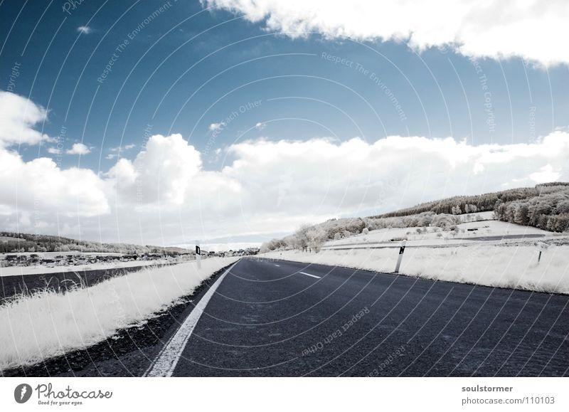 Street-photography in IR Himmel weiß Baum blau Wolken Straße Wald Gras Bewegung grau Wege & Pfade Schilder & Markierungen gefährlich fahren Rasen Hügel